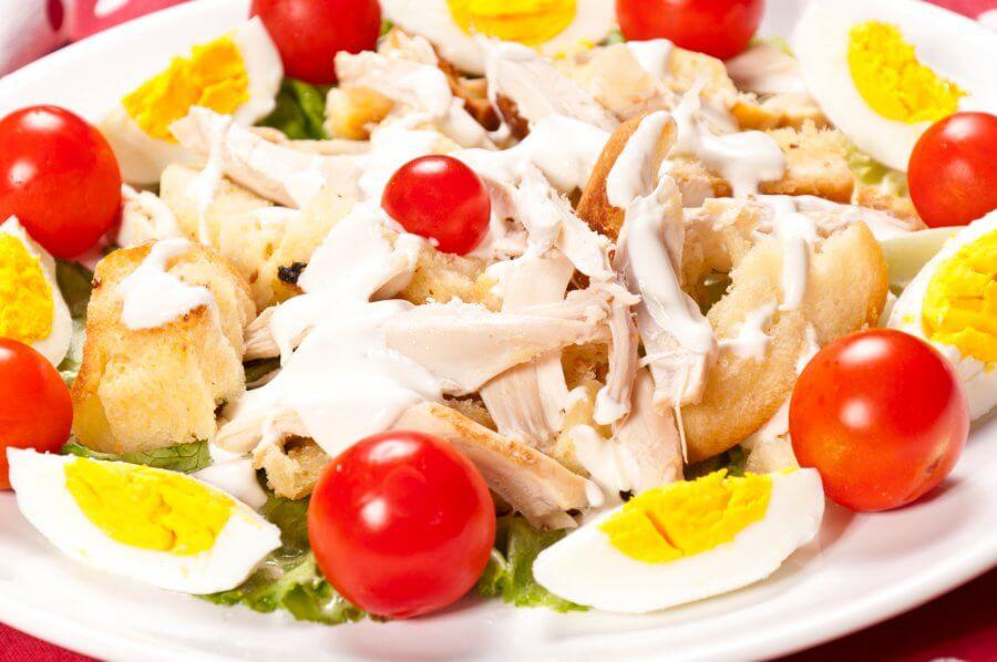 Салат с курицей, яйцом и помидором