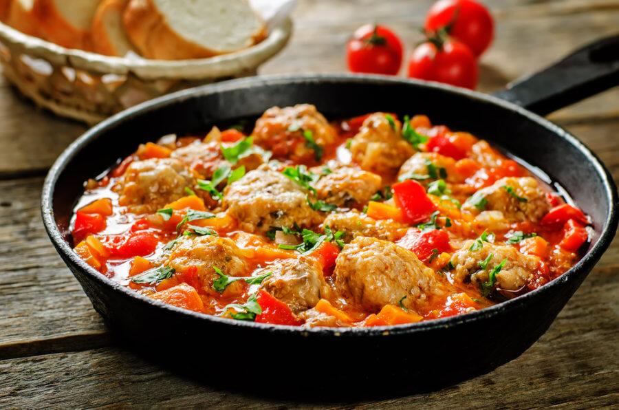 Фасоль с куриной грудкой в томатном соусе