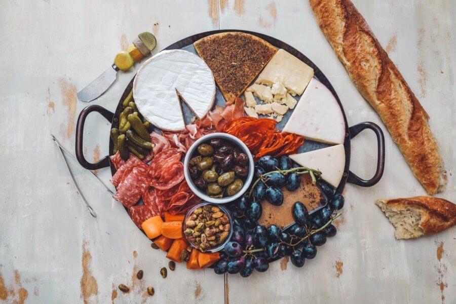 Сыры, колбасы и оливки задерживают жидкость в организме