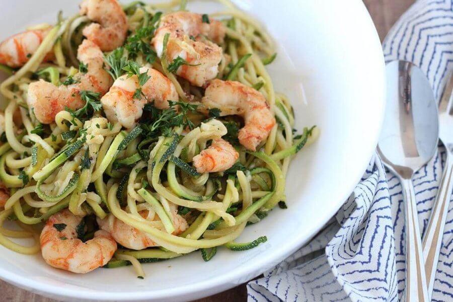 Зеленые спагетти из кабачков с креветками