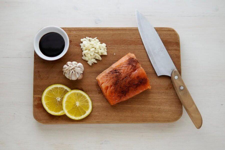 При готовке рыбы добавляйте в нее сок лимона, соевый соус и различные специи!