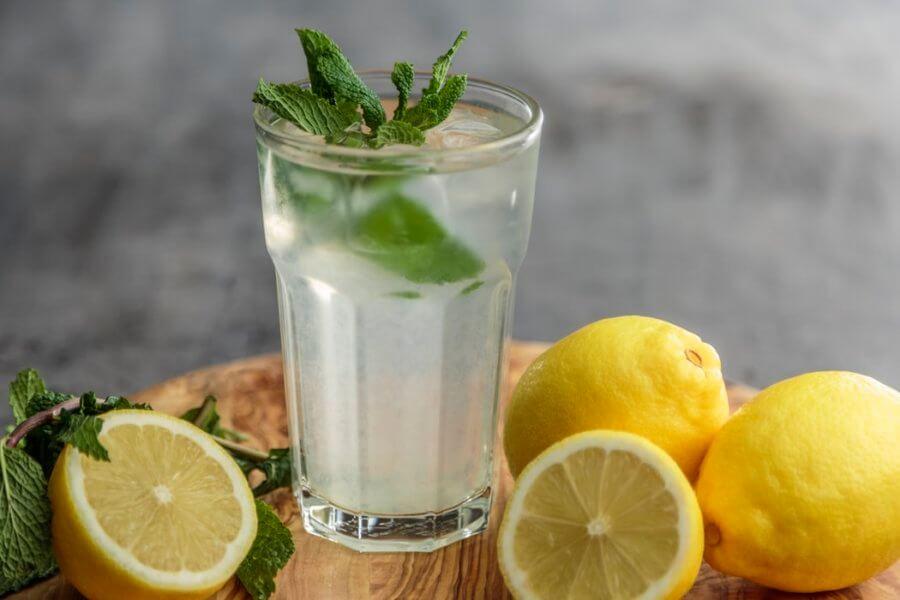 Вода с лимоном и мятой отличная замена газированным напиткам.