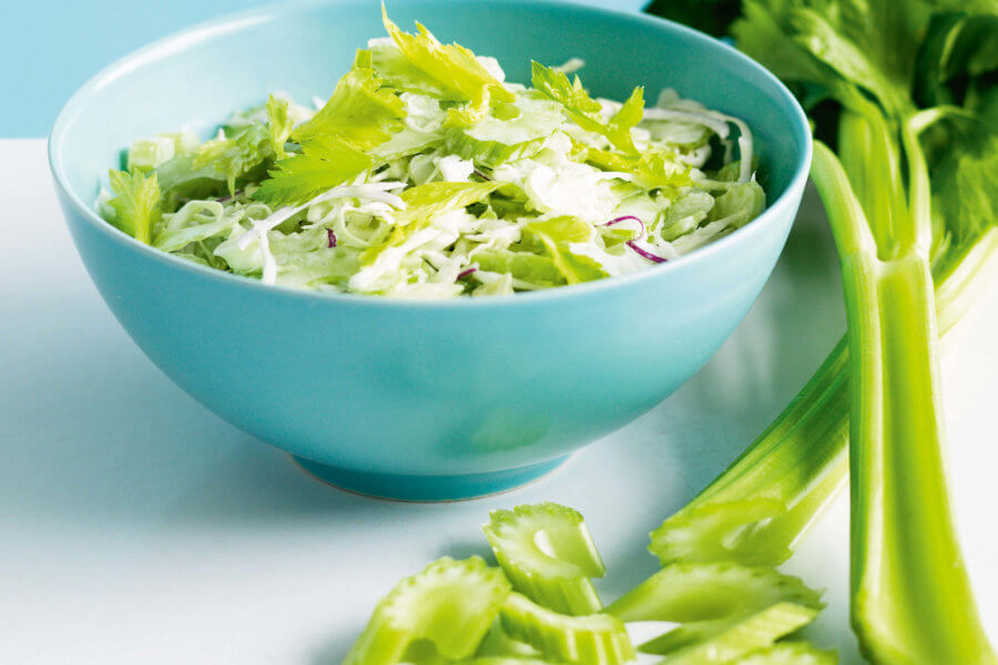 Сельдерей можно добавлять в салаты, супы, смузи и соки!
