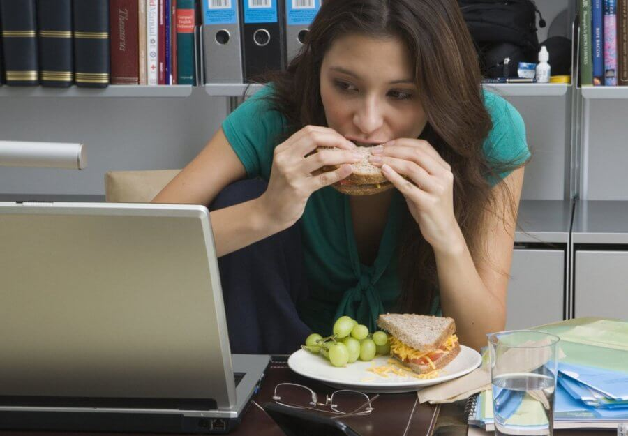 Откажитесь от телефона и просмотра телевизора во время приема пищи!