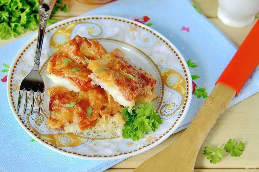 Треска, запеченная с помидорами и сыром